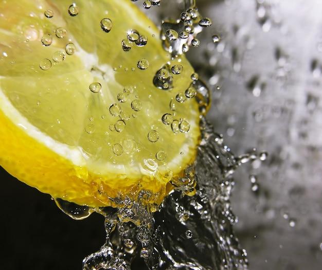 Krople wody spadające na naciskiem cytryny jest na krople wody