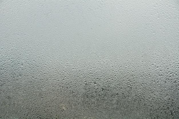 Krople wody z kondensacji w domu na oknie