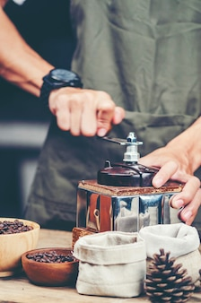 Kroplówka kawy, proces filtrowania kawy, filtr rocznika obrazu
