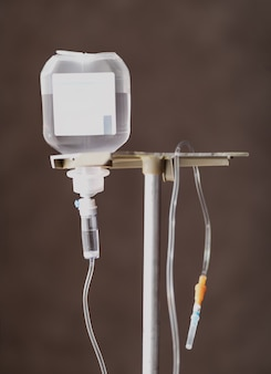 Kroplówka lekarska na szarym tle. kroplówka dożylna