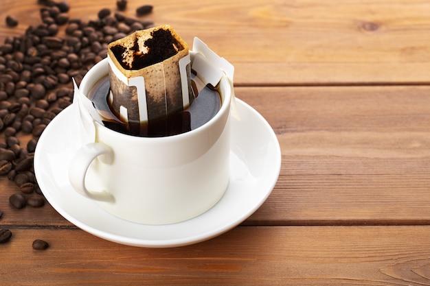 Kroplówka lub parzona kawa na drewnianym stole