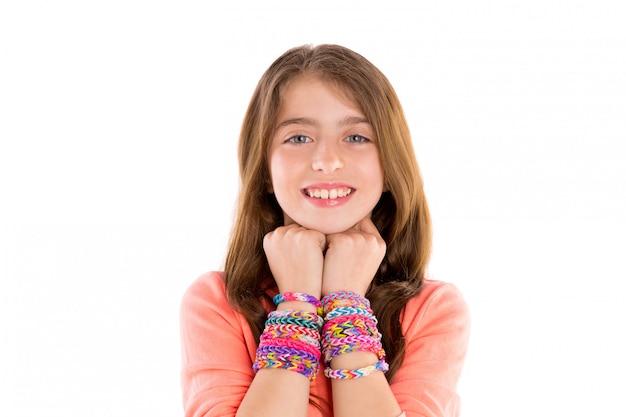 Krosno gumowych bransoletek blondynów dzieciaka dziewczyny uśmiech