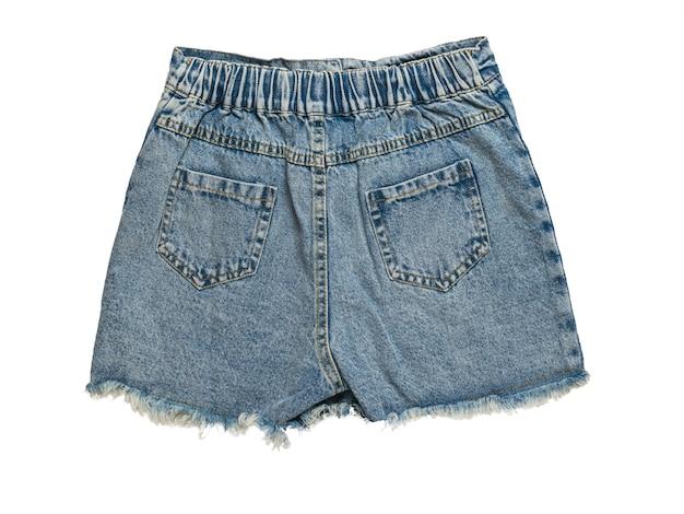 Krótkie spodenki jeansowe na białym tle na białej powierzchni