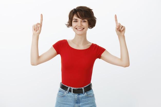 Krótkie włosy dziewczyna pozuje w czerwonej koszulce