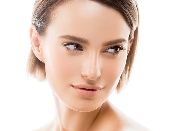 Krótkie włosy kobieta twarz portret koncepcja kosmetyczna zdrowa skóra zamknij widok. strzał studio.