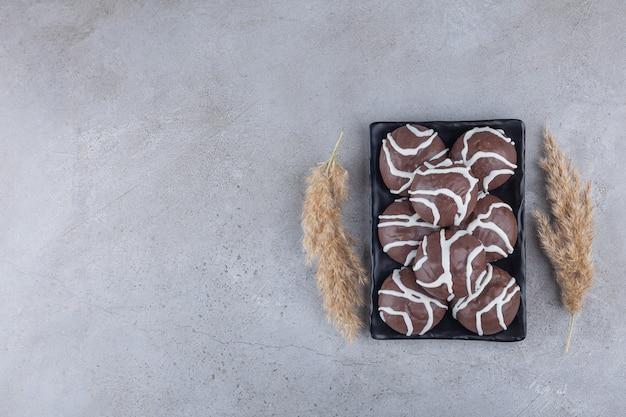 Kruche ciastka oblane białą i ciemną czekoladą.