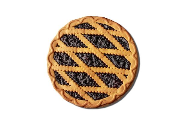 Kruche ciasto z czarnej porzeczki i mięty na białym tle. widok z góry.