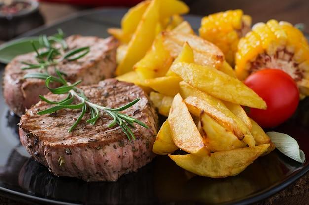 Kruchy i soczysty stek cielęcy średnio rzadki z frytkami