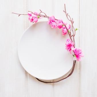 Kruchy kwitnący gałązkowy pobliski talerz