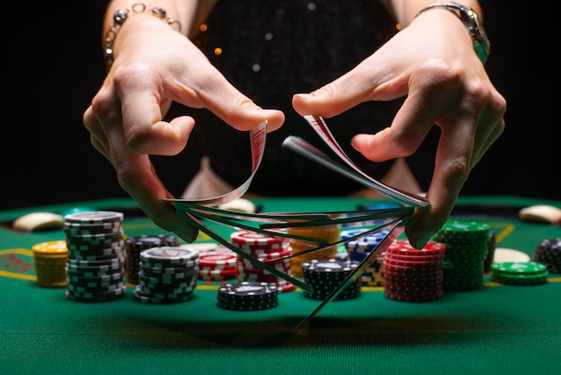 Krupier tasuje karty pokerowe w kasynie