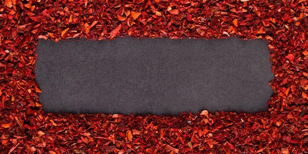 Kruszona papryka, czerwona ramka z przyprawami. copyspace.