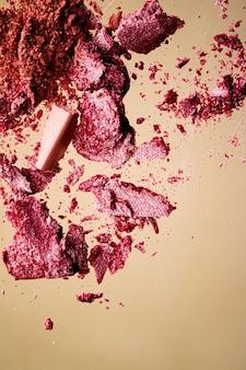 Kruszone kosmetyki mineralne organiczne róże do powiek i puder kosmetyczny na złotym tle ...