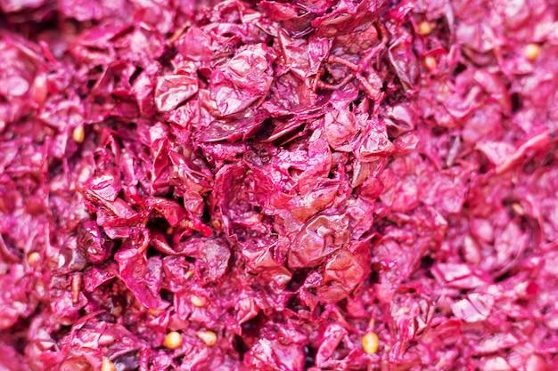 Kruszone winogrona w fermentacji beczkowej. fermentacja miąższu z jagód na wino. technologia produkcji wina. ludowa tradycja wyrobu wina. przetwarzanie wina.