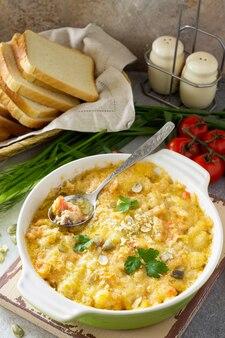 Kruszonka zapiekanka domowej zapiekanki z czerwoną rybą biały chleb i ser zdrowy styl życia