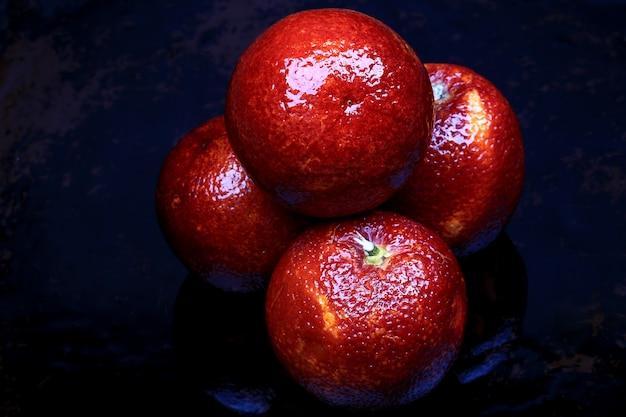 Krwawa pomarańcza na ciemnym tle
