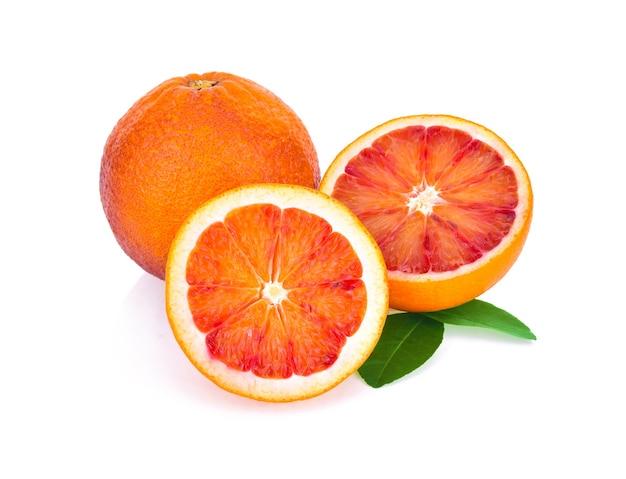 Krwawe czerwone pomarańcze na białym tle