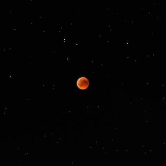 Krwawy księżyc, astrofotografia, całkowite, pełne zaćmienie księżyca na nocnym niebie 27 lipca 2018