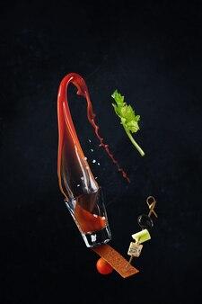 Krwawy wesoły koktajl. latające jedzenie. ser, oliwka
