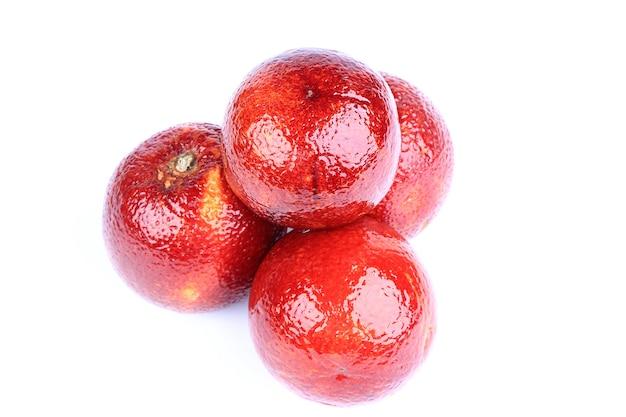 Krwistoczerwone pomarańcze na białym tle