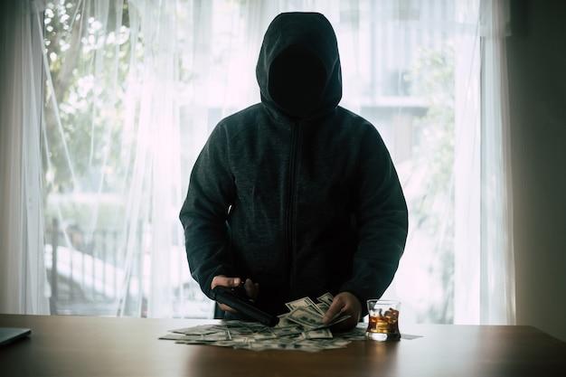 Kryminalny z kapturem z pieniędzmi