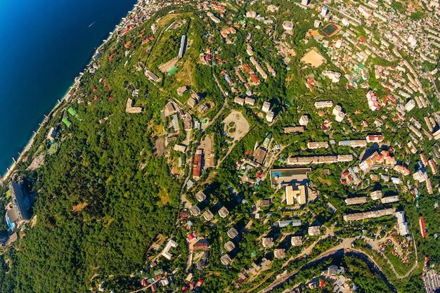 Krymski brzegowy widok z wierzchu gór, morza i lasu