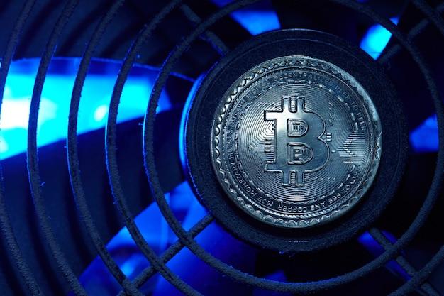Kryptowaluta bitcoin monety nad sprzętem do kopania. koncepcja blockchain