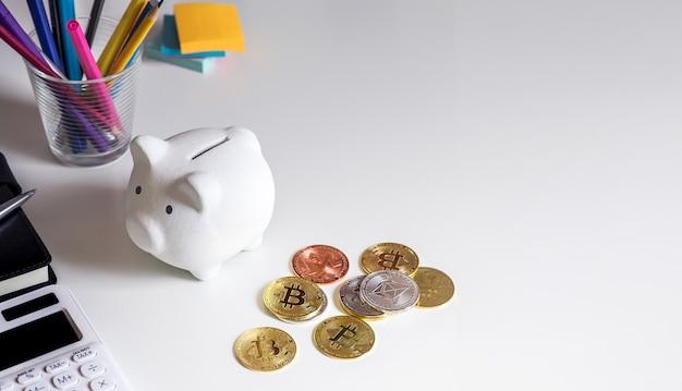Kryptowaluta, ethereum, bitcoin ze skarbonką na biurku. finanse i technologia