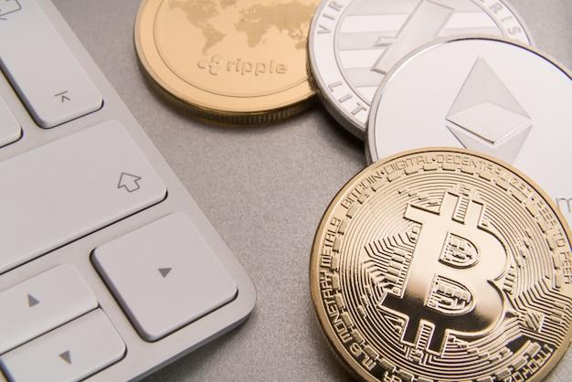 Kryptowaluta koncepcja bitcoin, btc, ethereum, litecoins, złote i srebrne monety