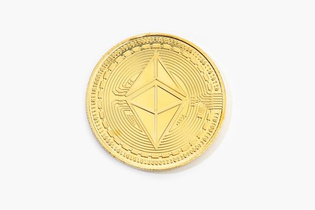 Kryptowaluta monety ethereum na białym tle