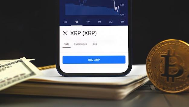 Kryptowaluta ripple xrp na telefonie komórkowym, koncepcja bankowości mobilnej, handel i inwestycje w nowe wirtualne pieniądze, zdjęcie tła biznesowego