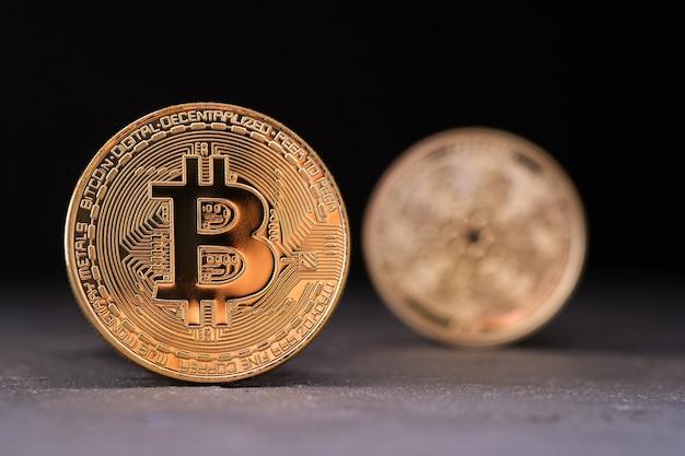Kryptowaluty bitcoin i cardano oraz przestrzeń do kopiowania
