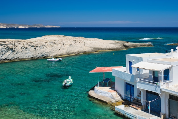 Krystalicznie czysta błękitna woda na plaży w miejscowości mitakas, wyspa milos, grecja.