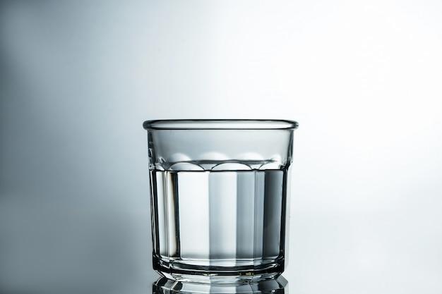 Krystalicznie czysta woda. oczyszczona woda w szklance na szarym stole. koncepcja czystej wody.