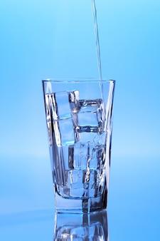 Krystalicznie czysta woda z lodem