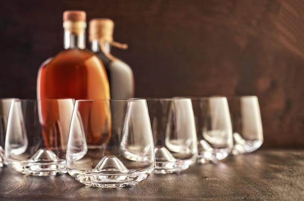 Krystaliczny szkło z whisky na drewnianym stole