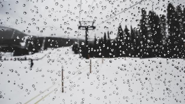 Kryształ z kroplami wody na stoku narciarskim