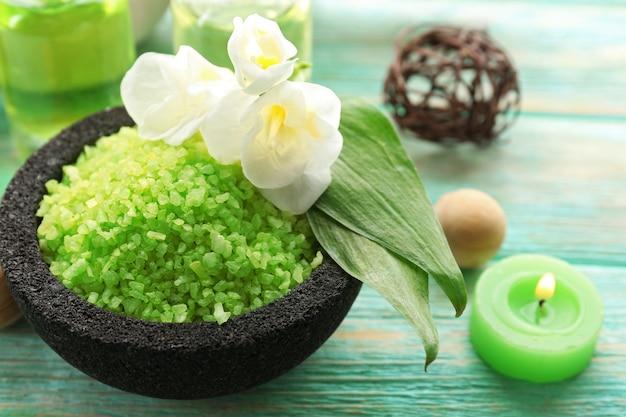 Kryształki soli morskiej w misce i egzotyczne kwiaty, z bliska