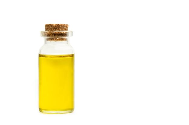 Kryształowa butelka oliwy z oliwek na białym tle z miejsca na kopię