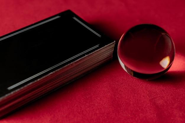Kryształowa kula z kartami tarota dla wróżki. boska koncepcja magii