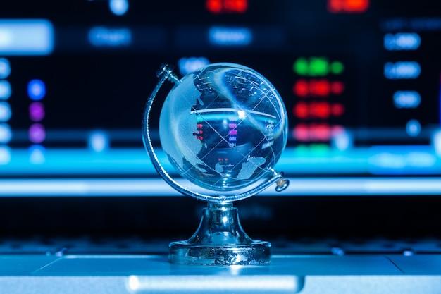 Kryształowa kula ziemska z informacjami giełdowymi