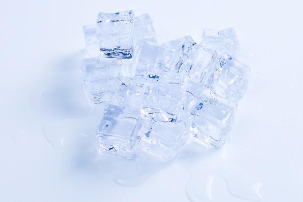 Kryształowe kostki lodu widok z góry zbliżenie