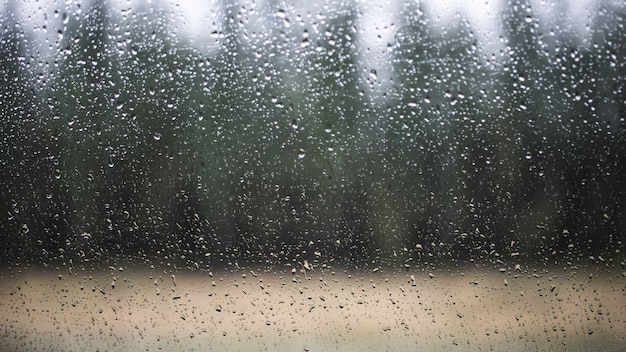 Kryształowe okno z kropli wody w krajobrazie przyrody