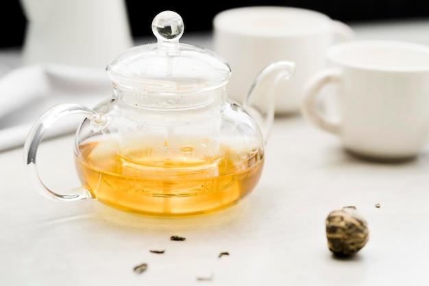 Kryształowy czajniczek pod wysokim kątem z suszoną rośliną