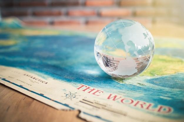 Kryształowy globus na mapie świata
