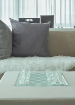 Kryształowy pościg na stole obok sofy w salonie