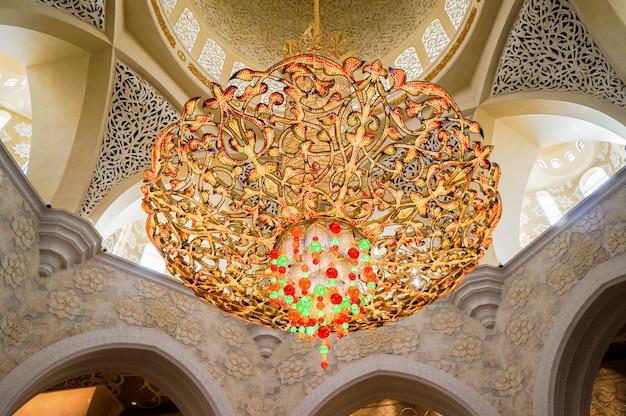 Kryształowy żyrandol. słynny wielki meczet szejka zayeda.