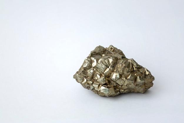 Kryształy pirytu na białym tle z miejsca na kopię. minerały geologiczne