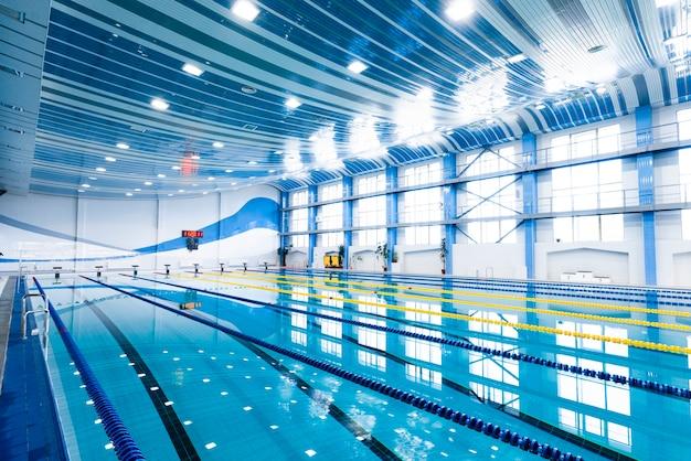 Kryty basen z nowoczesnym wyposażeniem