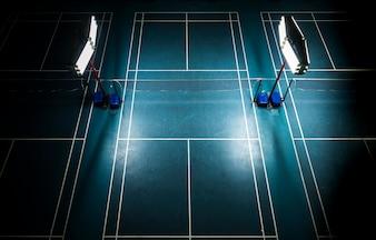 Kryty kort do badmintona z jasnymi białymi światłami
