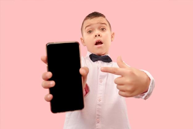 Kryty portret atrakcyjnego chłopca trzymającego pusty smartfon
